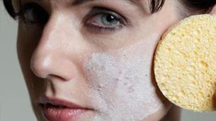 """Acne Cosmetica"" - mụn sinh do mỹ phẩm"