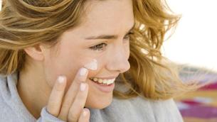 Vì sao sử dụng kem chống nắng lại bị mụn?